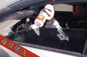 父亲批评孩子车窗抛物