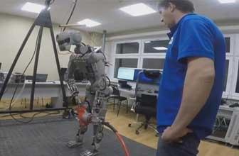 俄罗斯现能开车机器人