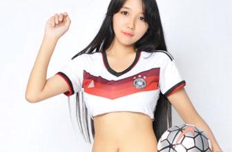 足球宝贝捧杯送行德国