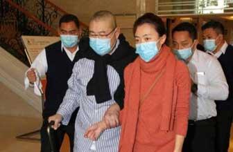 妻子陪伴刘銮雄去医院