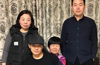 王宝强晒30年前后全家福照片
