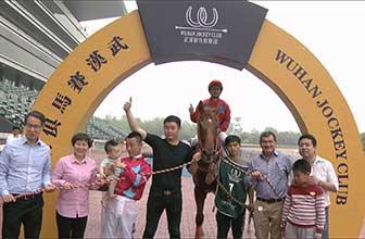 冠军骑师王迪携百万金锤亮相