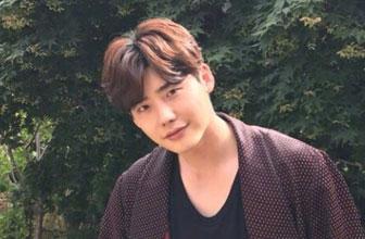 演员李钟硕晒可爱自拍