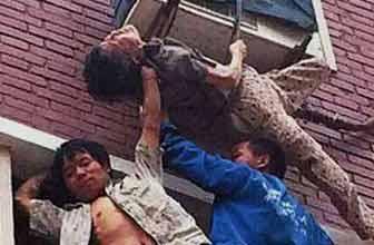 徒手爬上5楼举被困男童