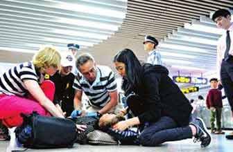 女乘客晕倒地铁站被救