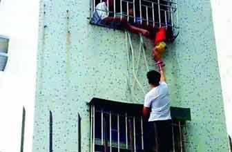 男童卡防盗网街坊施救
